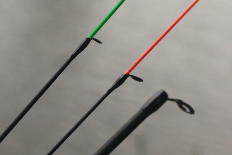 Wechselspitzen der Barbel Tamer-Rute. Die grüne Spitze ist die härtere, die rote Spitze nur wenig weicher.