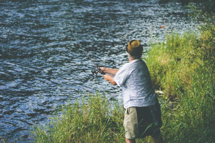 Angler am River Feale in Irland. (Symbolbild) Die Behörden im Land nutzen Drohnen, um Schwarzangler zu finden. Foto: Corey Hearne / Unsplash