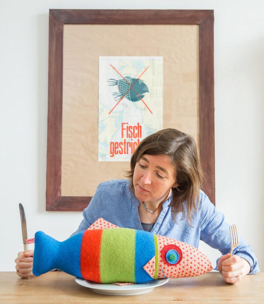 Eva Pradel liebt Fische – sowohl im Wasser als auch auf dem Teller. Die Idee, was aus den alten Pullovern werden sollte, lag also nah. Foto: Isabela Pacini