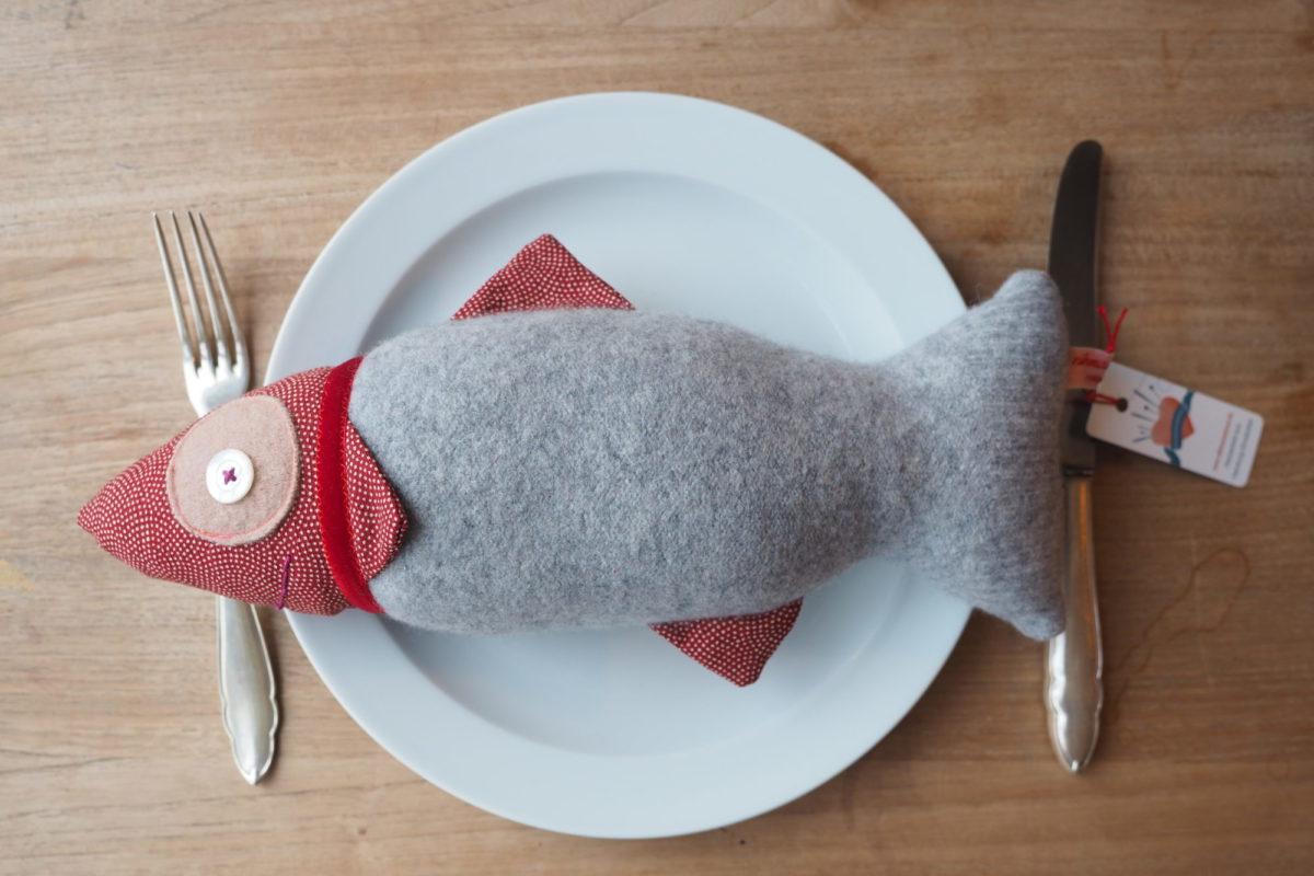 """Aus Pullover wird Fisch: Bei der """"Nähmannsbraut"""" bekommen ausgediente Kleidungsstücke ein neues Leben. Foto: Nähmannsbraut"""