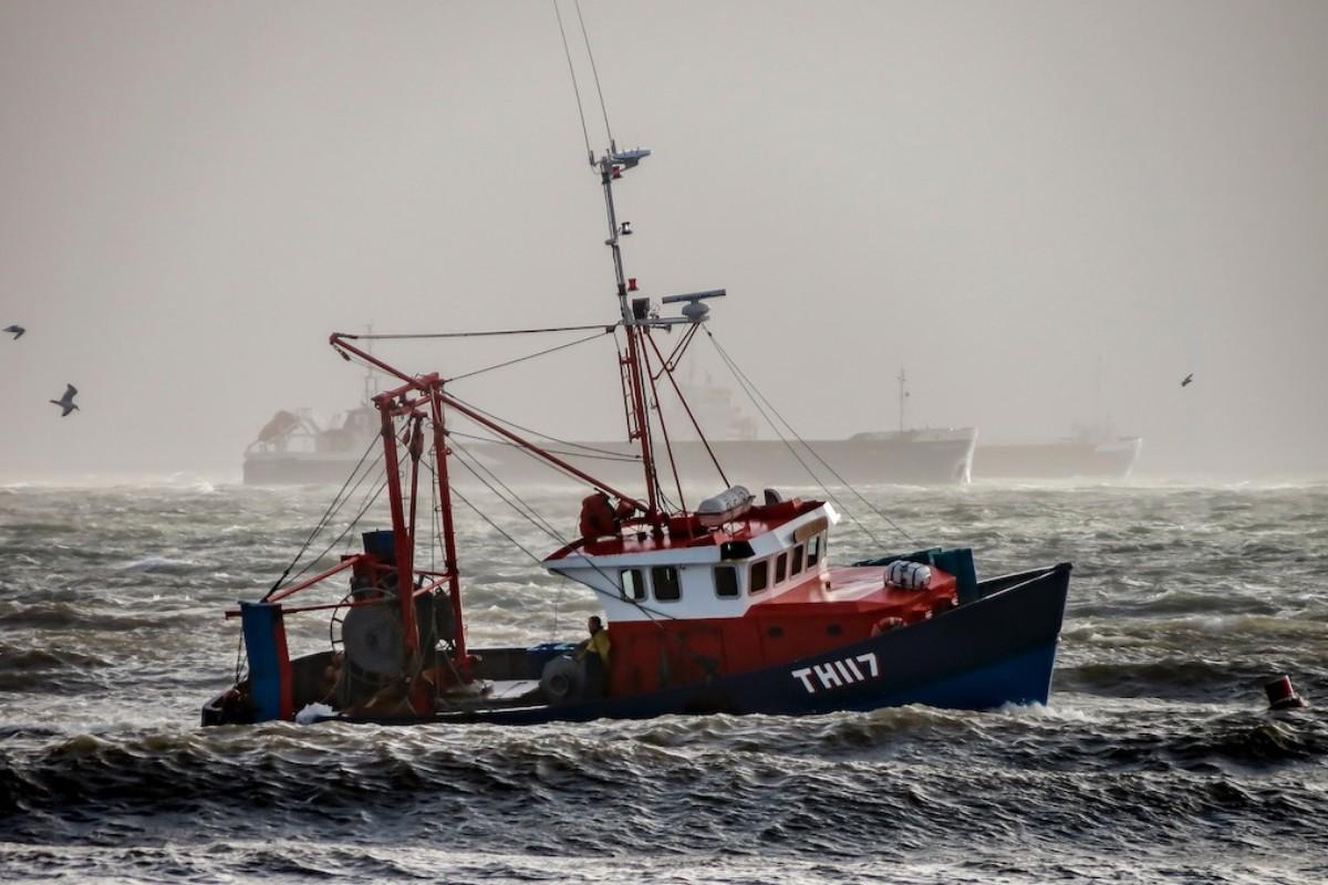 Ein Fischerboot auf hoher See in stürmischen Gewässern.