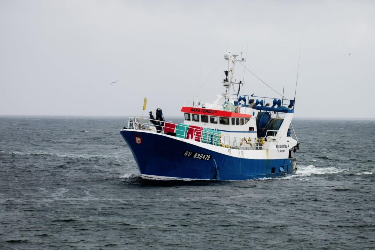 Fischerboot auf Wasser.