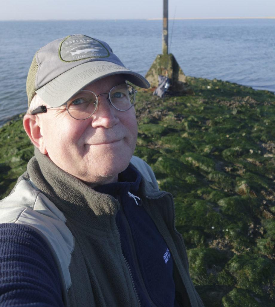 Diplom-Biologe und BLINKER-Fachautor Dr. Wolfgang Schulte fand das Walross auf Baltrum, als er sich am Morgen zum Wolfsbarschangeln aufmachte. Er kontaktierte die Naturschutzbehörde sowie die Polizei. Foto: W. Schulte